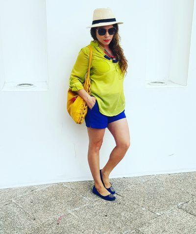 Sombrero Panamá style, blusa Lima limón, shorts azul rey, flats azul rey, bolso amarillo mostaza