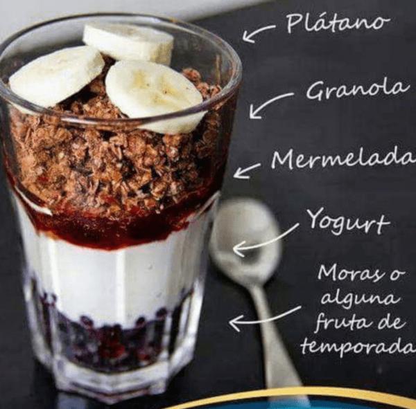 Yogurt con frutos rojos y granola