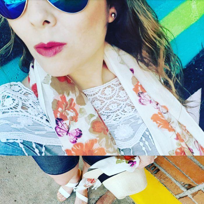 Bufanda de verano con flores y mariposas