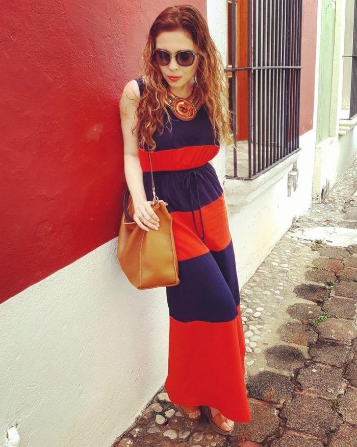 Maxidress a rayas. Colores vibrantes. Bolso en color camel Carolina Herrera y stilettos Steve Madden