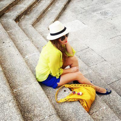 Blusa Lima limón de gasa, sombrero Panamá style, lentes Vogue, flats azul rey, short azul rey Banana Republic