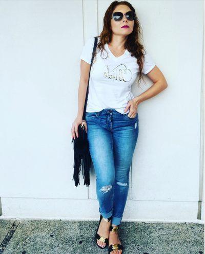 Outfit Blusa slogan Bride en blanco, pantalones de mezclilla Old Navy  y sandalias negras con dorado de pulsera Tory Burch, Lentes Vogue eyewear
