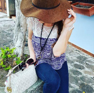 Outfit sombrero café, denim y blusa de gasa de Forever21, Sandalias blancas de Pull & Bear