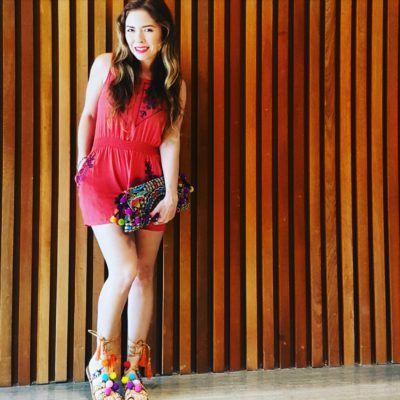 Jumper estilo Boho Chic, vintage clutch y sandalias de pompones