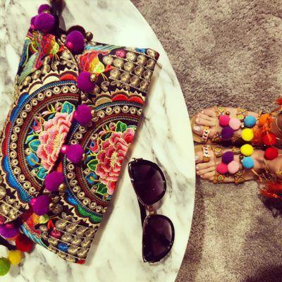 Clucth vintage con pompones, sandalias mismo estilo