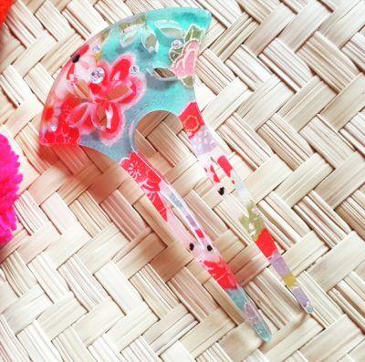 Peineta japonesa con flores, perfecta para la combinación con collar hecho a mano en verde esmeralda
