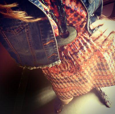 Collar hecho a mano por artesanos mexicanos, combinado con una chaqueta en mezclilla y vestido en colores